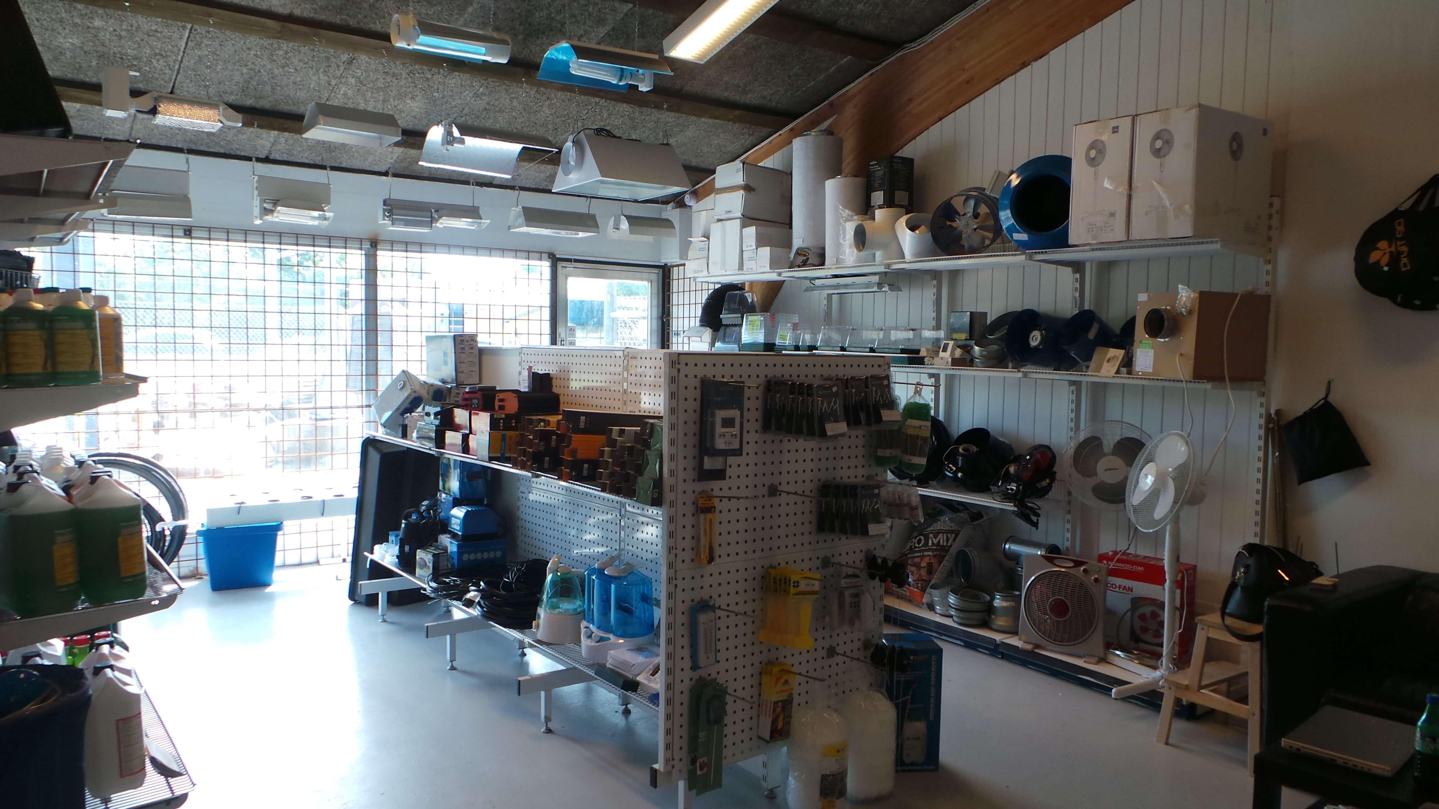 Her kan GorillaGrow ses inde fra. Der vises nogle af vores produkter i vores show room.